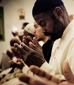 men pray together to God